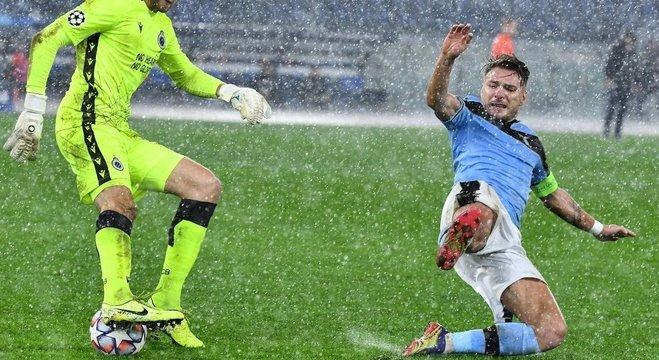 Mignolet do Brugge X Immobile, da Lazio, debaixo de temporal