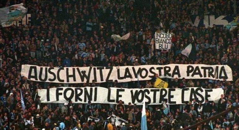 """A faixa nazista da torcida da Lazio, no """"Derby"""" de 1999"""