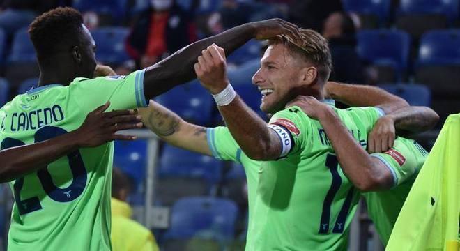 Lazio, de verde, 2 X 0 no Cagliari, em viagem