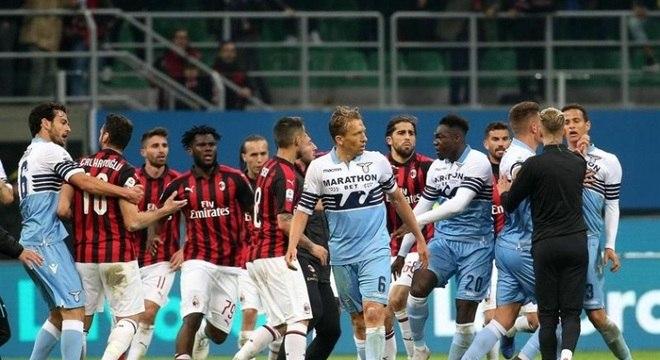 Jogadores do Milan e da Lazio discutem após o fim da partida