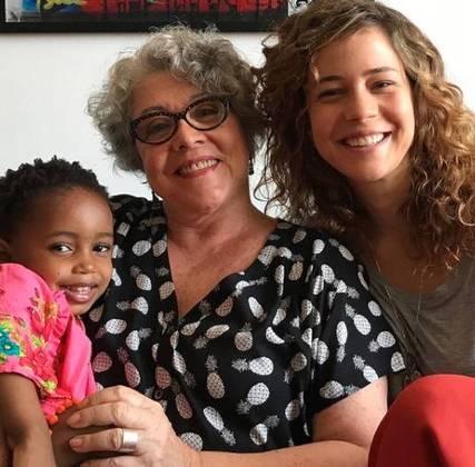 Na sequência de fotos publicadas por Leandra, a artista incluiu um clique da mãe, a também atriz Ângela Leal, avó de Juju