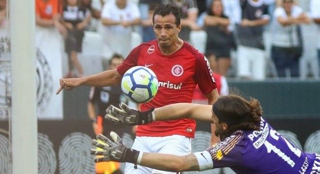 Leandro Damião vence o goleiro Cássio no clássico Inter x Corinthians