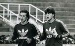 Nos anos 80, o Palmeiras viveu uma fase em que várias gerações de grandes goleiros se encontraram. Em 1986, Leão, titular da seleção nas Copas de 1974 e 1978, novamente era o goleiro da equipe mas, já veterano, via o jovem Zetti crescer nos treinamentos (na foto, Leão treina com Zetti). Zetti assumiu a titularidade em 1987, substituindo Martorelli e vinha bem até fraturar a perna, em dividida com o atacante Bebeto, contra o Flamengo, em 1989