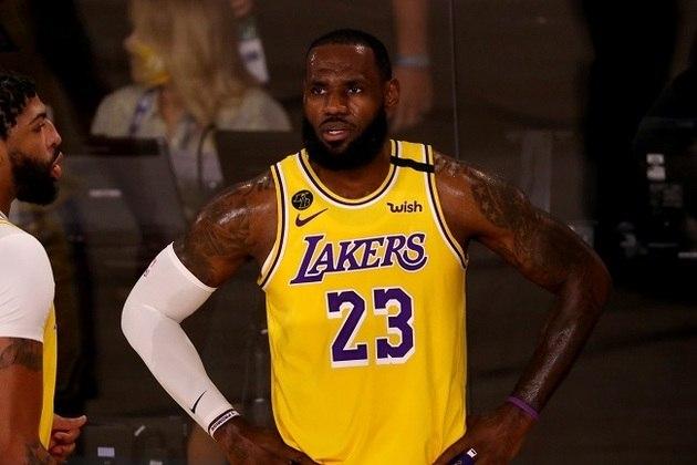 LeBron James (7 votos) - Quatro vezes MVP, o astro liderou o Los Angeles Lakers aos playoffs pela primeira vez desde 2013. O time californiano garantiu o primeiro lugar da conferência Oeste, algo que não acontecia desde 2009-10. Na atual temporada, James possui médias de 25.4 pontos, 10.4 assistências e 8.0 rebotes