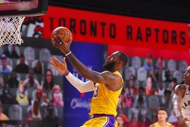 LeBron James (Los Angeles Lakers) anotou 20 pontos, pegou dez rebotes e distribuiu cinco assistências diante do Toronto Raptors. No entanto, a produção não foi o bastante para vencer a segunda partida da série de oito jogos na Flórida. James tentou puxar a responsabilidade para si no último período, mas em vão