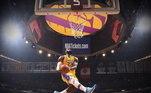 TalentosoMesmo após tantos anos na NBA, com três títulos conquistados, LeBron James não deixa de mostrar seu talento nas quadras. Essa habilidade sempre o coloca como um dos favoritos ao prêmio de melhor jogador do ano pela liga de basquete algo que, é verdade, esperava ter recebido nessa temporada e ficou de mãos abanando