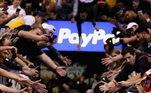 Um dos finalistas do Oeste, o Los Angeles Lakers se apoia em um dos principais astros do basquete, LeBron James, para chegar na final da temporada. Com 35 anos e 17 temporadas na NBA, o jogador é um dos grandes nomes do esporte no século. Amado pelos fãs de basquete, confira os sete motivos que fazem James ser idolatrado na liga