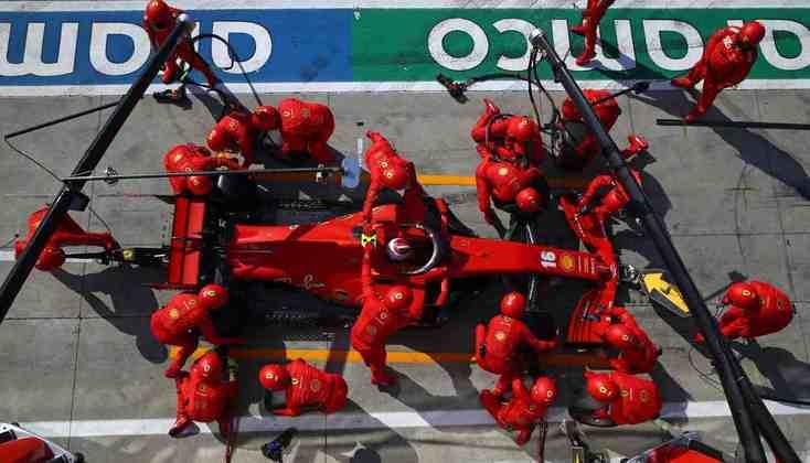 Leclerc estava no meio do pelotão após a parada feita sob safety-car