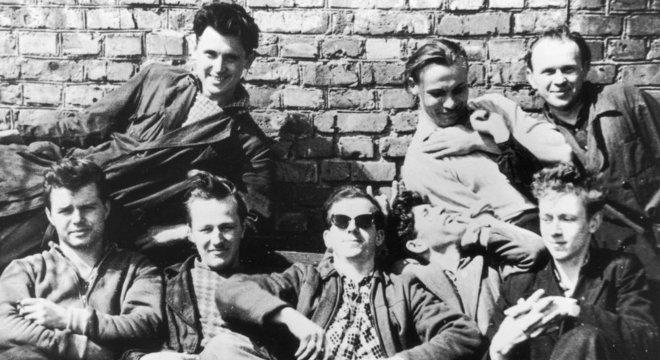 Oswald com amigos durante sua temporada em Minsk