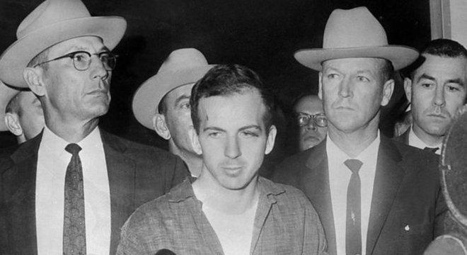 Lee Harvey Oswald durante uma coletiva de imprensa após sua prisão em Dallas