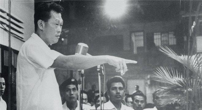 Primeiro-ministro de Cingapura Lee Kuan Yew, que governou de 1959 a 1990, foi o criador da campanha de limpeza Promovendo mudanças
