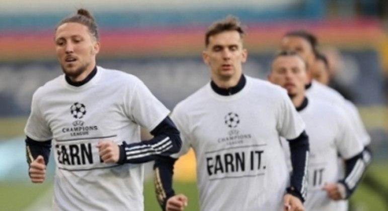 """Na camisa de jogadores do Leeds, """"se quer a Champions, faça por merecer"""""""