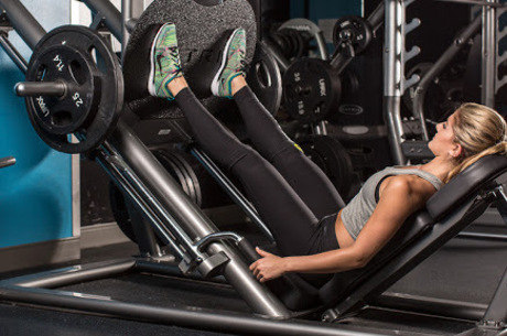 No leg press, o usuário levanta peso com as pernas