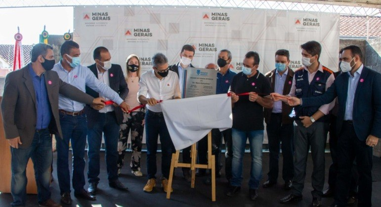 Zema participa de descerramento de placa em evento que gerou aglomeração em MG