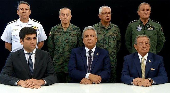 Lenín Moreno (ao centro) com o comando militar do Equador; presidente afirma que protestos têm motivação política, e não popular
