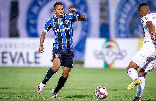 Léo Chú - Clube: Grêmio - Posição: Atacante - Idade: 21 anos - Jogos completados no Brasileirão 2021: 3 jogos - Situação no clube: Concorrência na posição e falta de continuidade