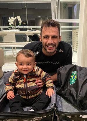 Léo tentou fazer filho falar papai quando ainda estava no Brasil
