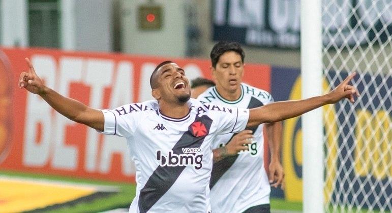 Léo Matos e Cano comemoram gol do Vasco sobre o Flamengo