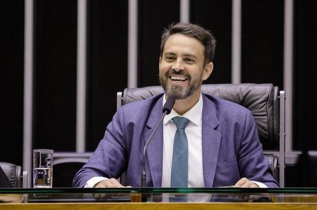 Líder do Podemos propõe pagar Renda Cidadã com supersalários