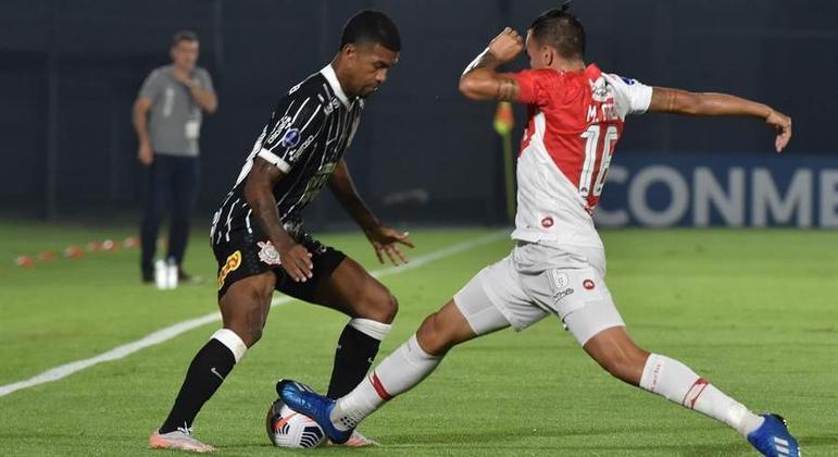 Léo Natel bem que tentou, mas não conseguiu dar vitória ao Corinthians