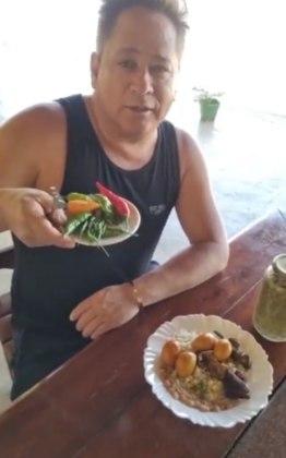 A hora do almoço também é compartilhada com os fãs. Sem frescura alguma, ele mostra o prato e a mesa onde come