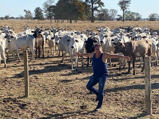Digamos que a única ostentação do cantor nas redes sociais foi mostrar algumas cabeças de gado que comprou ao longo da carreira