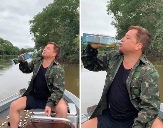 Se a maré não está pra peixe, Leonardo se diverte bebendo direto no gargalo