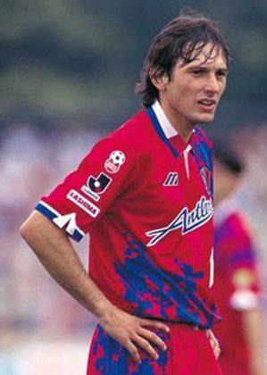 Leonardo, atual dirigente do PSG, também jogou no futebol japonês, Ele atuou no Kashima Antlers, entre os anos de 1994 e 1996. Foram 63 jogos e 36 gols marcados, vencendo o Japonês de 1996.