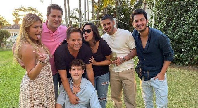 Leonardo postou foto com os seis filhos no Dia dos Pais