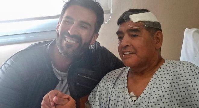 Maradona e médico Leopoldo Luque posam para foto após cirurgia