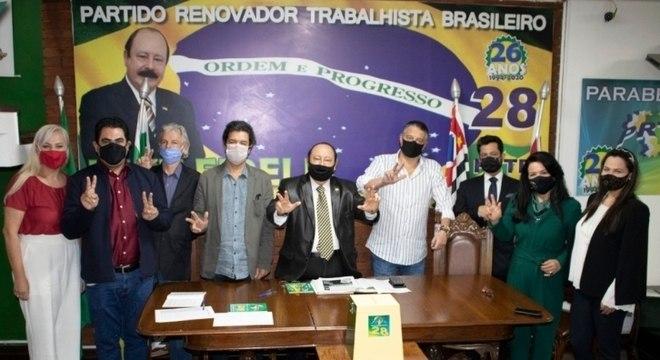 Levy Fidelix (centro) oficializa candidatura à Prefeitura de SP pelo PRTB