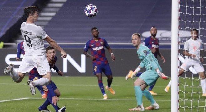 O momento da testada e do gol do Lewy