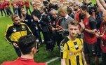 AmizadeCompanheiro de Lewandowski no Borussia Dortmund, Marco Reus foi uma das grandes amizades do craque. A dupla que vivia brincando nos treinos, tinham até um toque secreto. Após a transferência do polonês para Munique, ficou difícil manter a proximidade