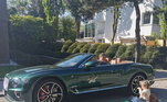 CarrosCraque do Bayern de Munique, o polonês adora carros. Na foto, ele aparece curtindo um dia ensolarado com a filha, que tem uma miniatura do Bentley do pai