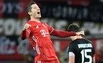 O Bayern de Munique venceu o Bayer Leverkusen por 2 a 1, neste sábado (19), pelo Campeonato Alemão. E o atacante Robert Lewandowski, que recentemente venceu o prêmio 'The Best' da Fifa, continua fazendo gols. O polonês balançou as redes duas vezes e garantiu a virada da sua equipe. Schick marcou para o Leverkusen