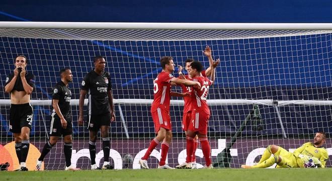 Gnabry marcou dois gols ainda no primeiro tempo de Lyon x Bayern de Munique