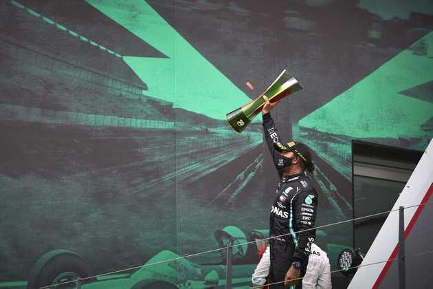 Lewis Hamilton chegou a cair para terceiro na largada, mas se recuperou e passou Bottas na volta 20