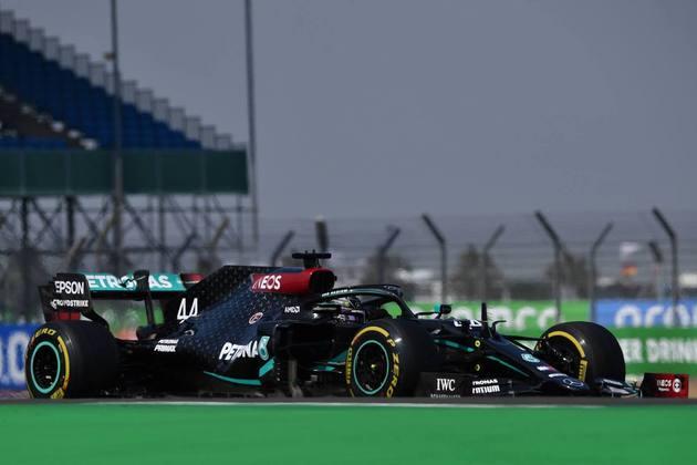 Lewis Hamilton chegou a liderar a prova, mas ficou em segundo