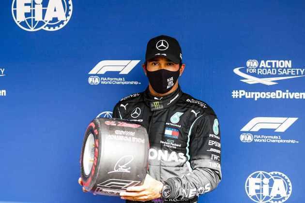Lewis Hamilton comemorou a pole position com presentinho da Pirelli. Mais um para a coleção