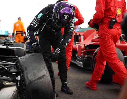 Lewis Hamilton conferiu pneu dianteiro esquerdo furado que quase custou a vitória em Silverstone