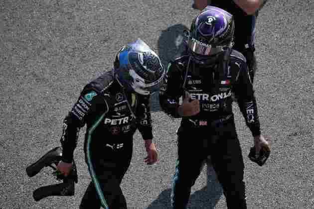 Lewis Hamilton e Valtteri Bottas conversam após o GP dos 70 Anos