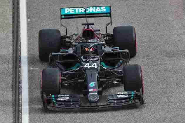 Lewis Hamilton em ação durante o GP da Emília-Romanha