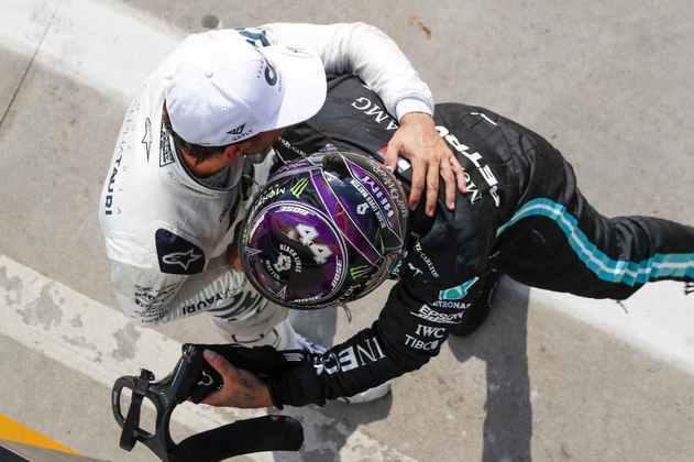 Lewis Hamilton fez questão de parabenizar Pierre Gasly pela primeira vitória na carreira