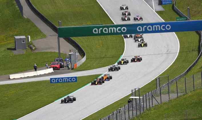 Lewis Hamilton manteve a liderança na largada acompanhado de Max Verstappen e Carlos Sainz