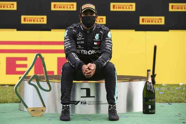 Lewis Hamilton posa no pódio em Spielberg