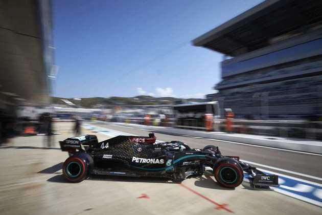 Lewis Hamilton sai dos boxes em Sóchi