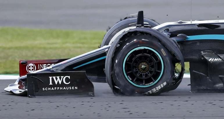 Lewis Hamilton teve grande susto na última volta do GP da Inglaterra: seu pneu dianteiro esquerdo estourou