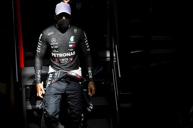 Lewis Hamiton segue protocolo sanitário imposto pela F1 e usa máscara no paddock