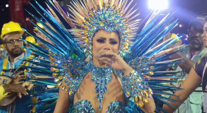 Lexa, rainha de bateria da Unidos da Tijuca, levou tombo na avenida