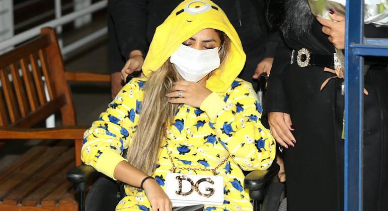 Lexa deixa hospital após cirurgia de emergência na garganta